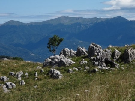 Apuane Alps: shepherd's hut and a view of the Appennines.